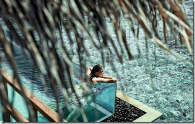 Four Seasons Kuda Huraa - glass sided pool 2