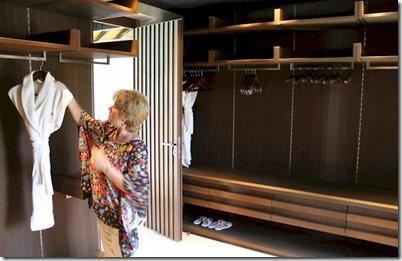 Velaa - walk-in closet